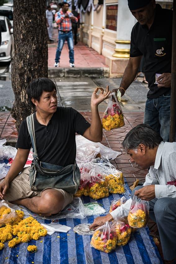 お供え物の花を売る男
