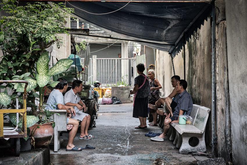 路地に集まっていた年配の男女