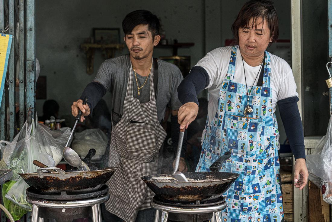 料理する男と女
