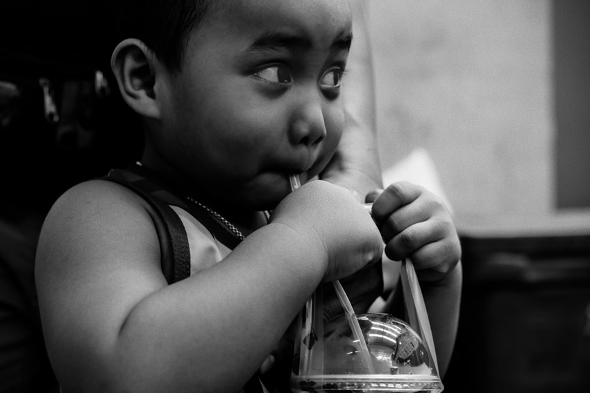 冷たい飲み物を飲む男の子