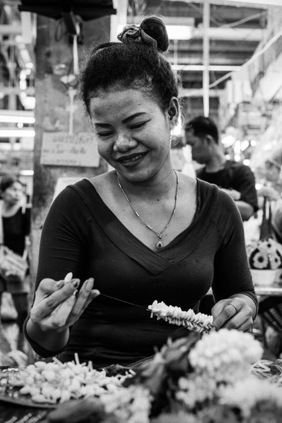 Woman making Phuang Malai