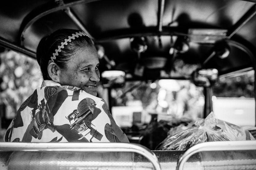 トゥクトゥクの座席で微笑む老婆