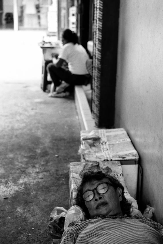 通路で昼寝する女