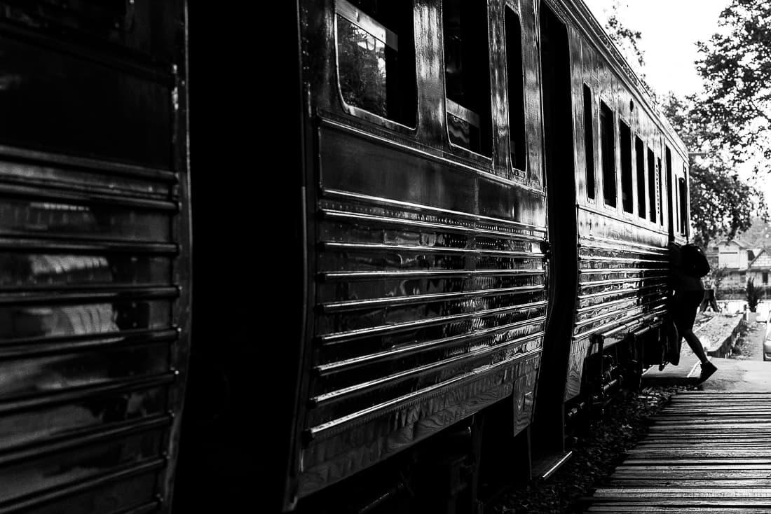メークロン駅に停車していた列車