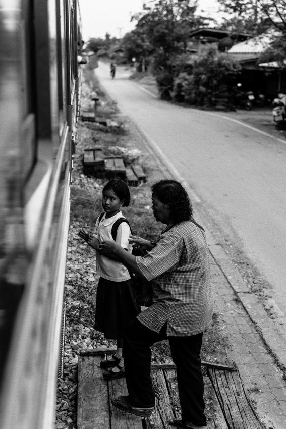 列車に乗り込もうとする女の子とおばあさん
