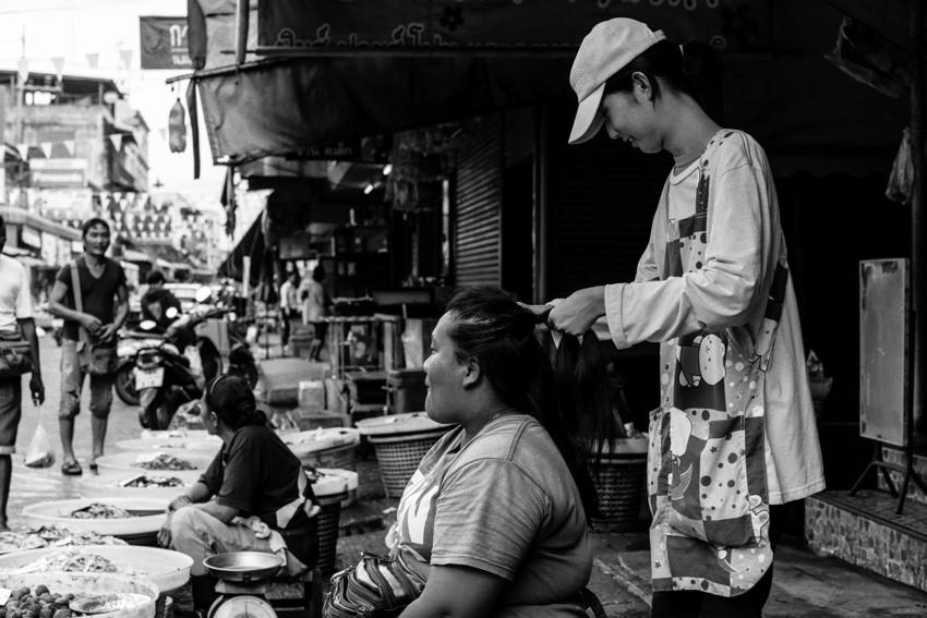 客の髪を結う女性
