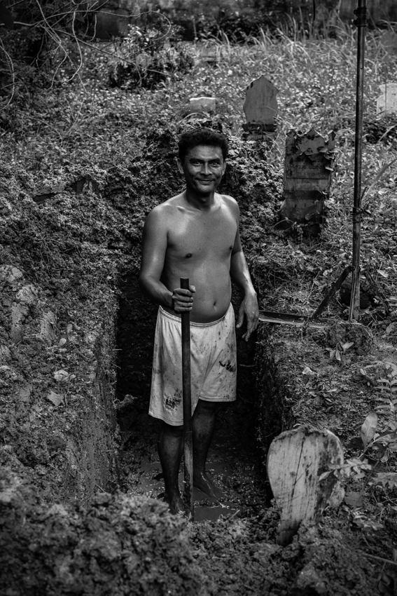 墓穴を掘る男