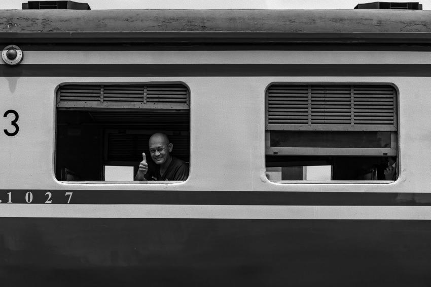 列車の中で親指を立てた男