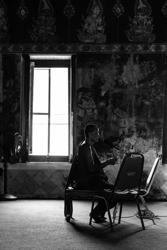 ひとりで読経する僧侶