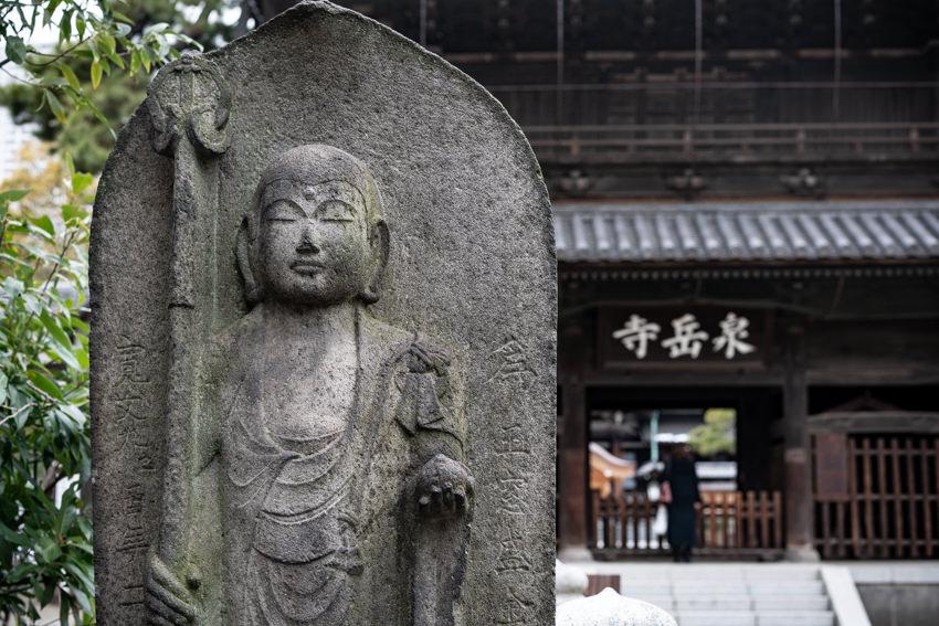 泉岳寺の山門と地蔵菩薩
