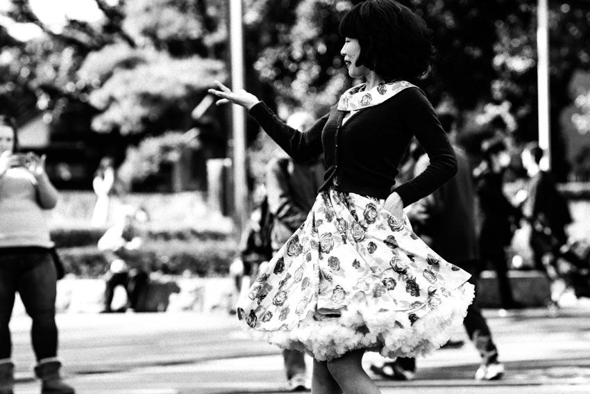 踊るロカビリー姿の女性
