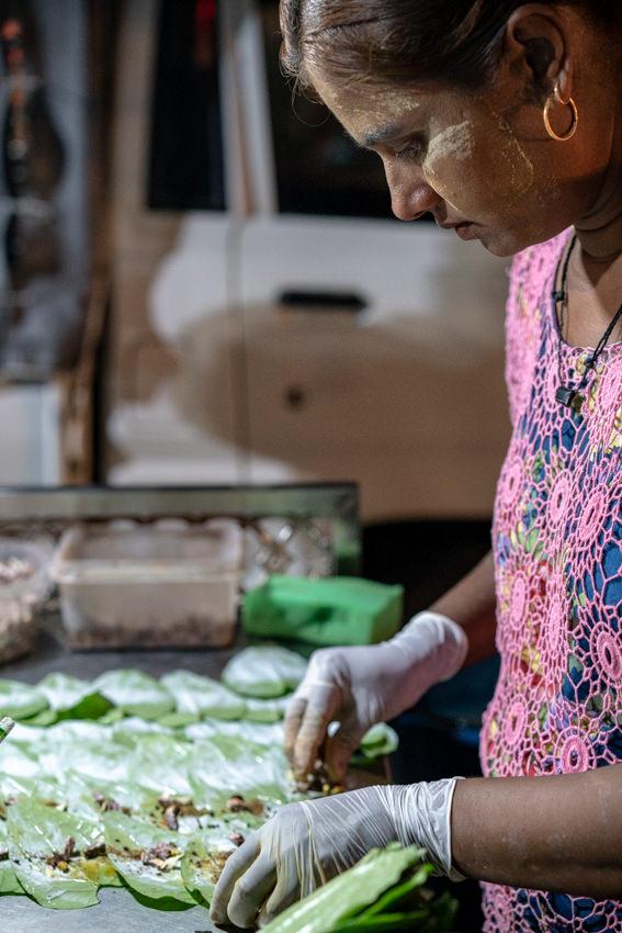 道端でクーンを作る女性