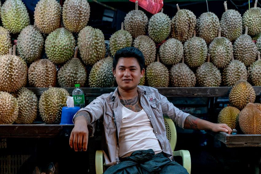ヤンゴンの夜市で売られていたドリアン