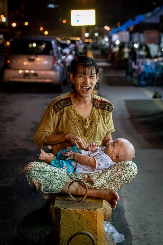 お母さんの膝の上で寝る赤ん坊