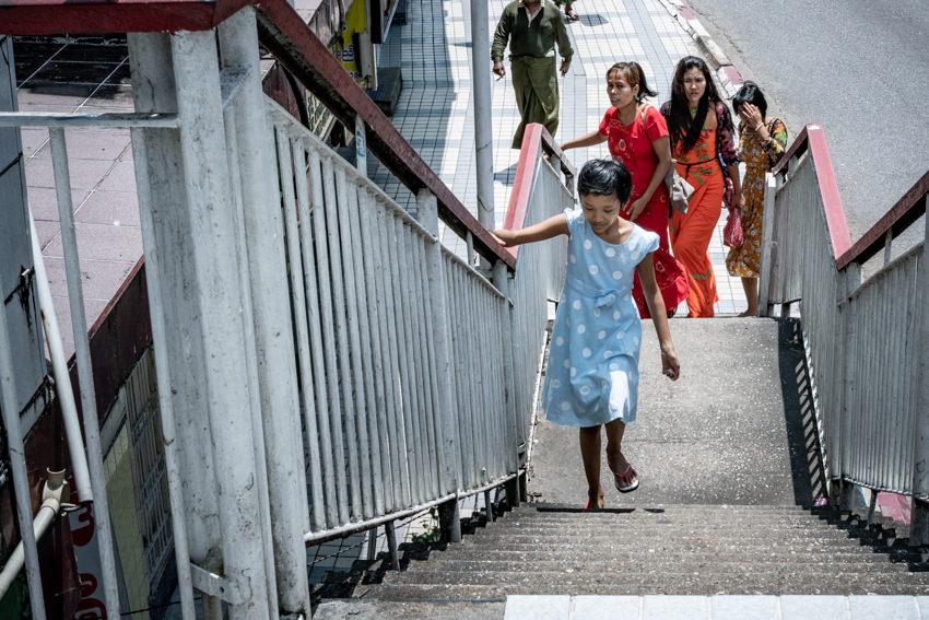 階段を登る水玉模様を着た女の子