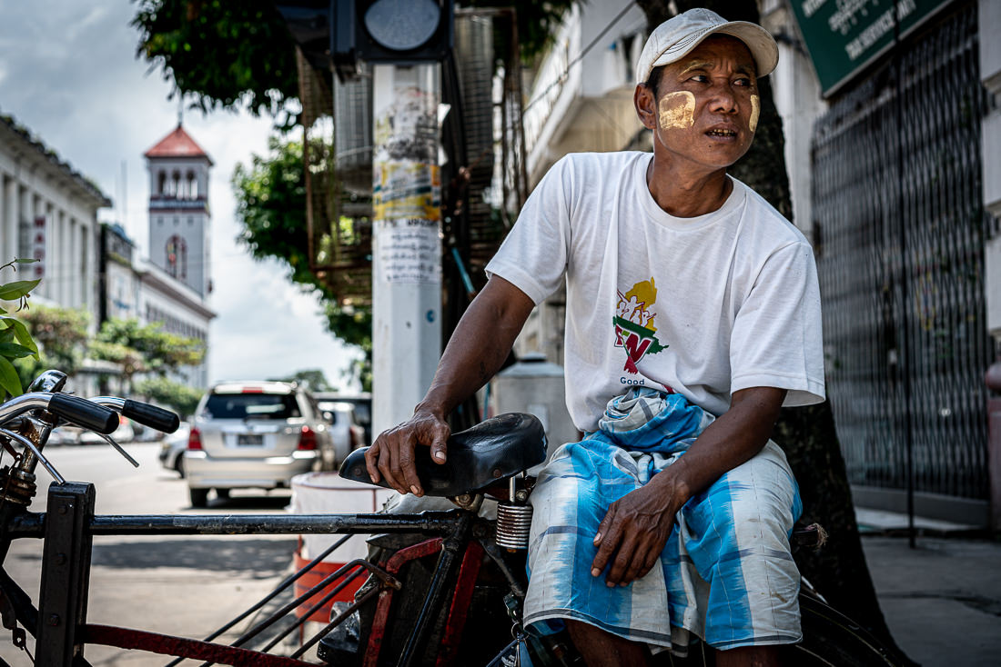 町角で客待ちしていた自転車タクシーの運転手