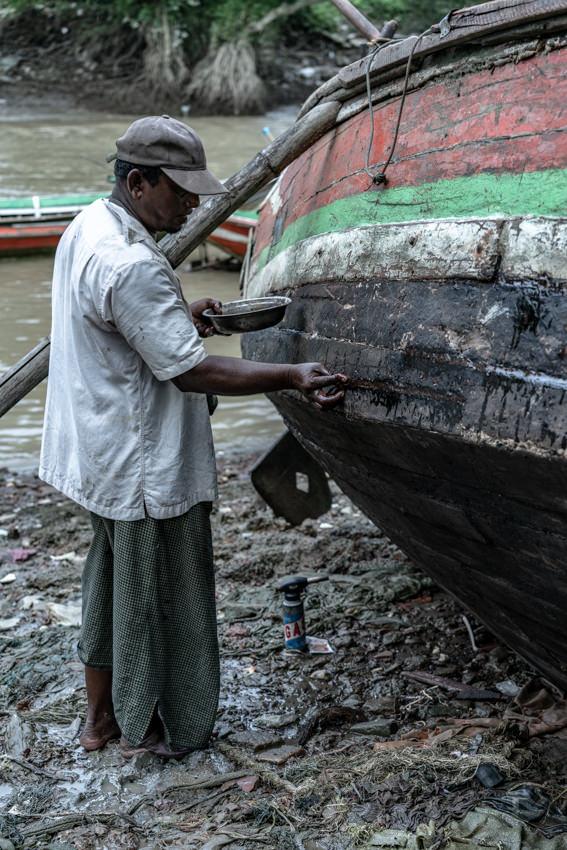 漁船を修理していた男