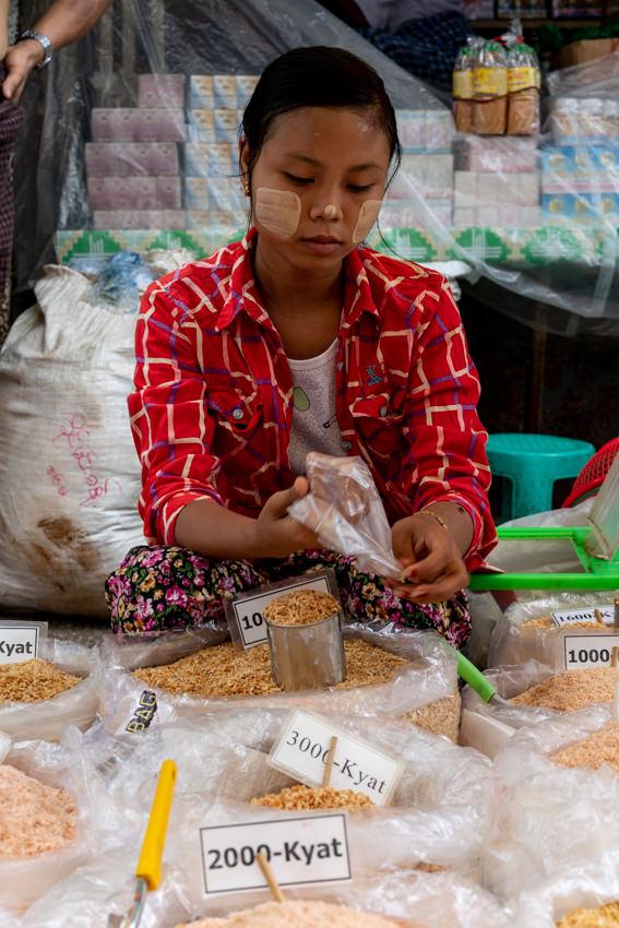 干しエビを売る若い女性