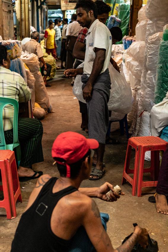 市場の通路でダラダラしていた男たち