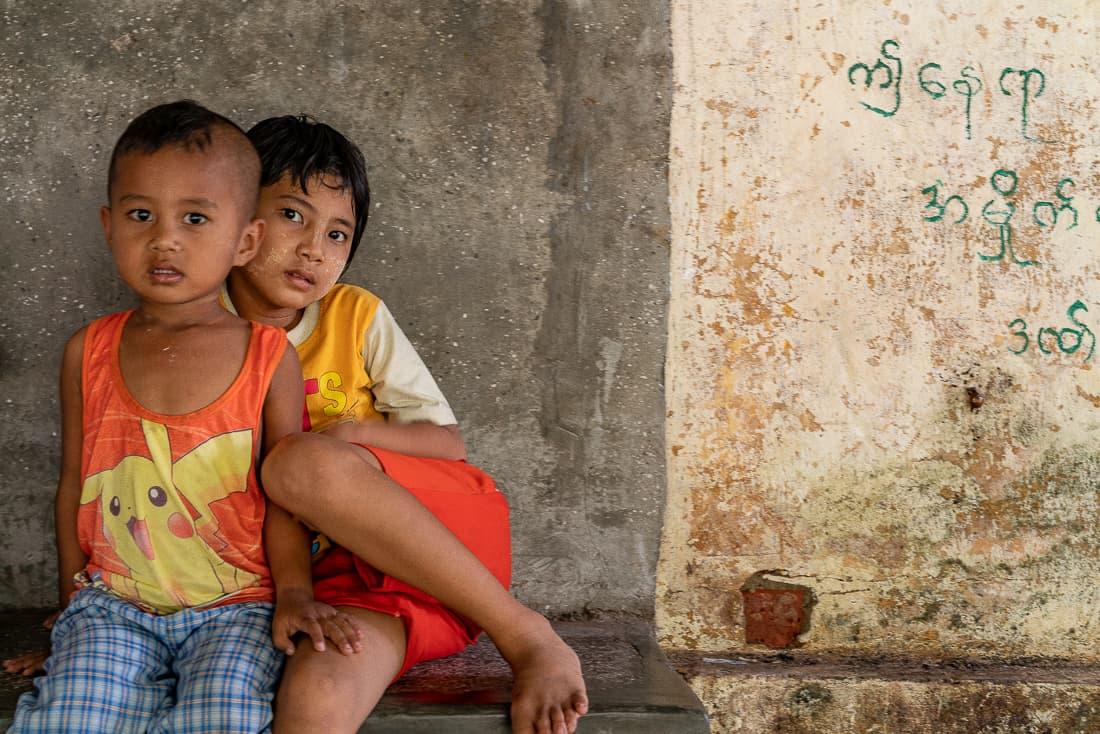 パーヤ・ラン駅にいた男の子と女の子