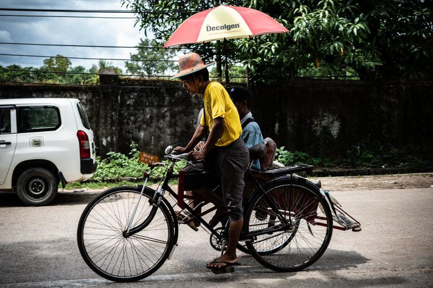 通り過ぎる屋根の付いた自転車タクシー