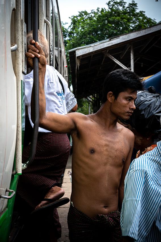 列車から降りる上半身裸の男