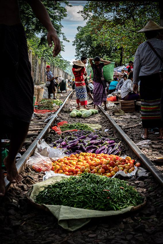 ダニンゴン駅で線路の上に並べられた野菜