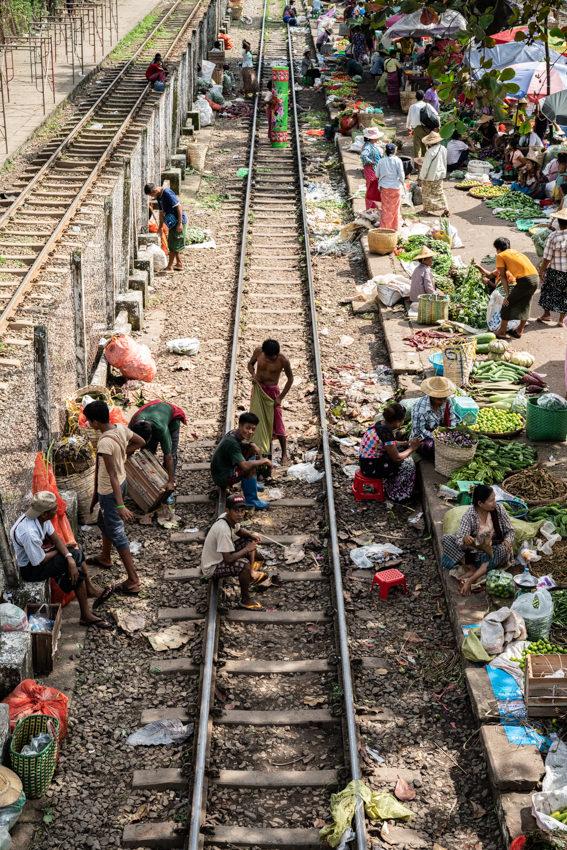 線路の上でダラダラする三人の男