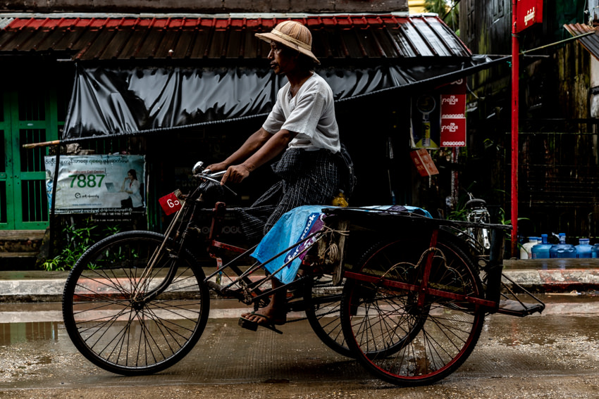 サイカと呼ばれる自転車タクシーを漕ぐ男