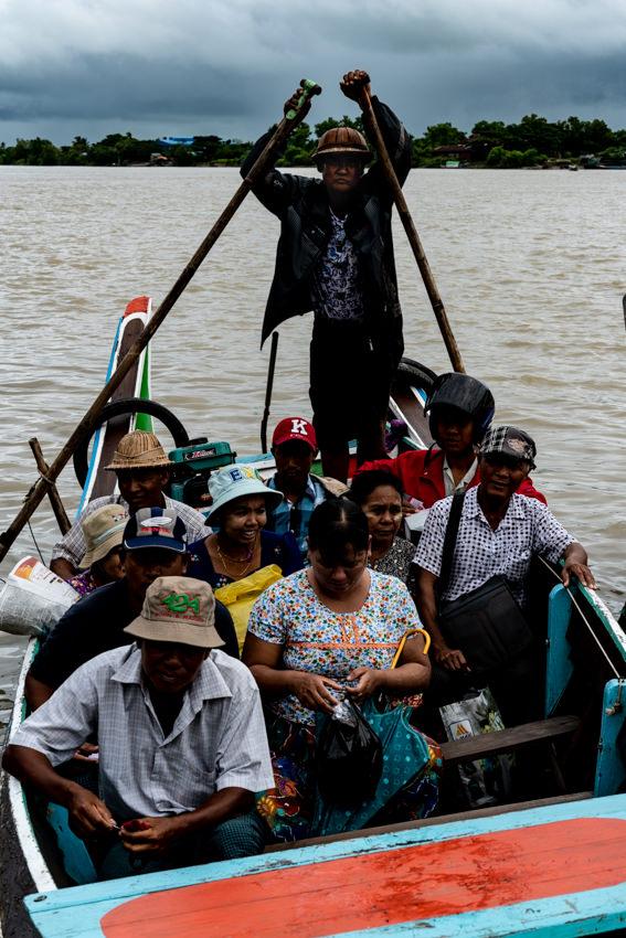 大勢の人が乗るボート