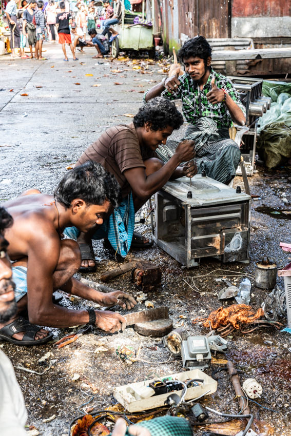 家電を修理する男たち