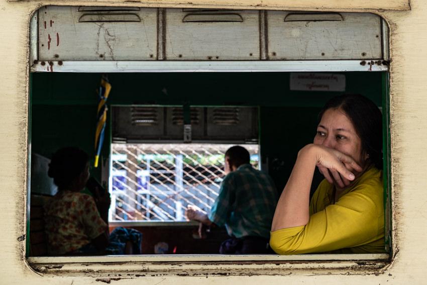 ぼんやりと窓の外を眺める女性の乗客