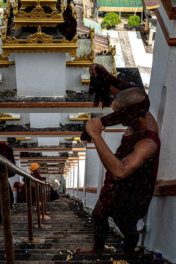 仏塔の清掃をする僧侶たち