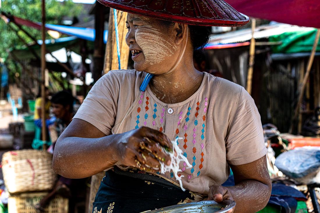 屋台で揚げ物を作る女性