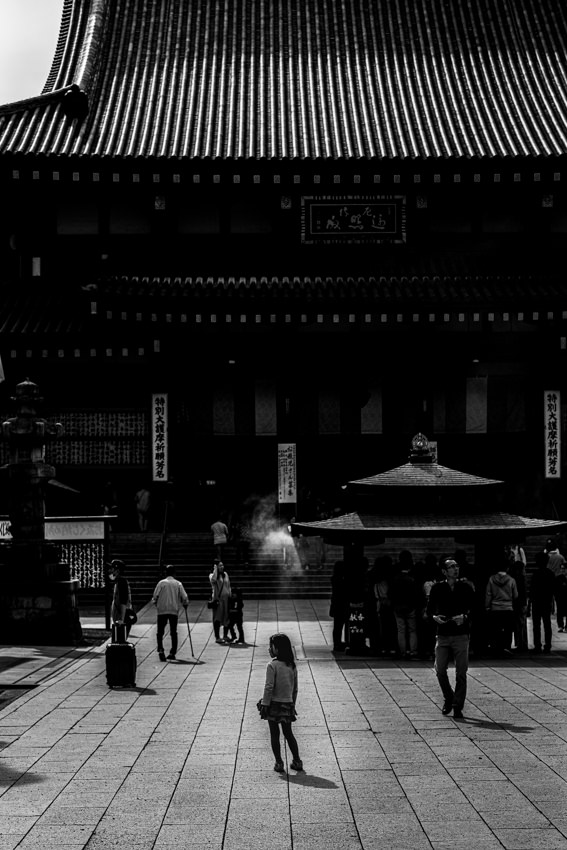 Little girl standing in front of main hall of Kawasaki Daishi