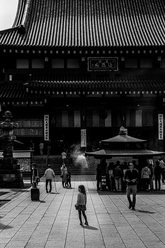 Little girl standing in front of the main hall of Kawasaki Daishi