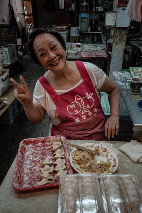 市場で餃子を包んでいた女性