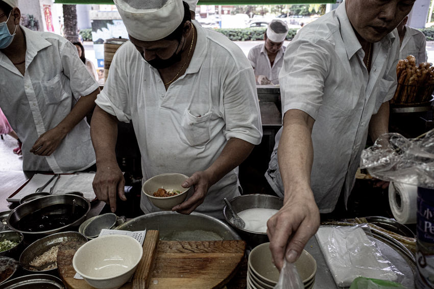 狭い厨房の中で働く男たち