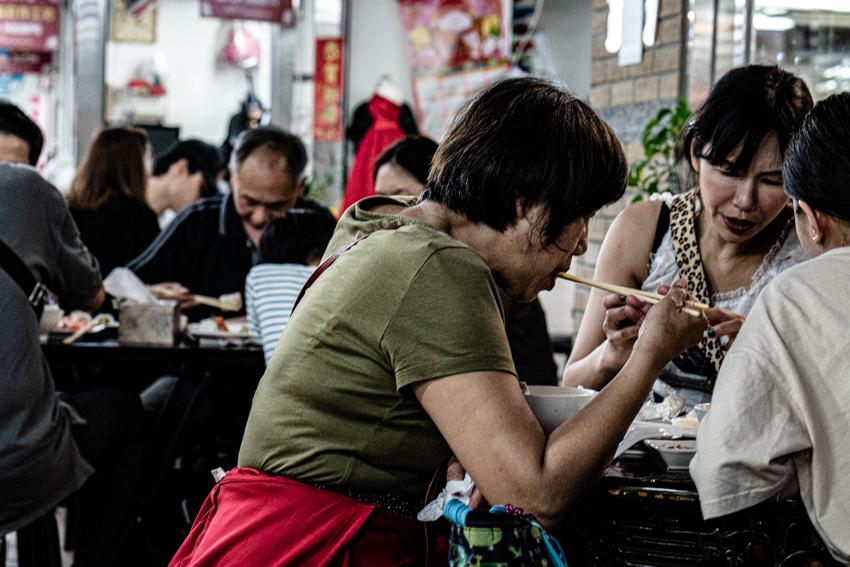永楽市場で食事を摂る人びと