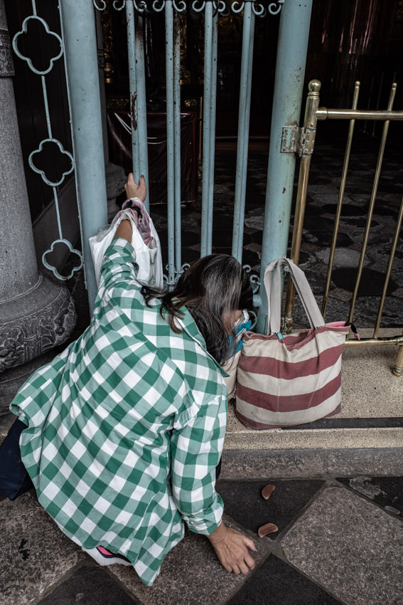 龍山寺でポエ占いをする女性