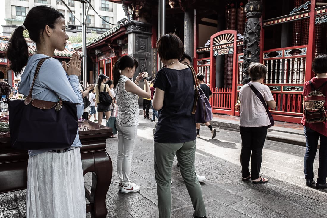 People praying in Lungshan Temple