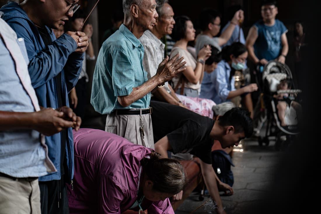 龍山寺で真剣にお祈りする地元の人びと