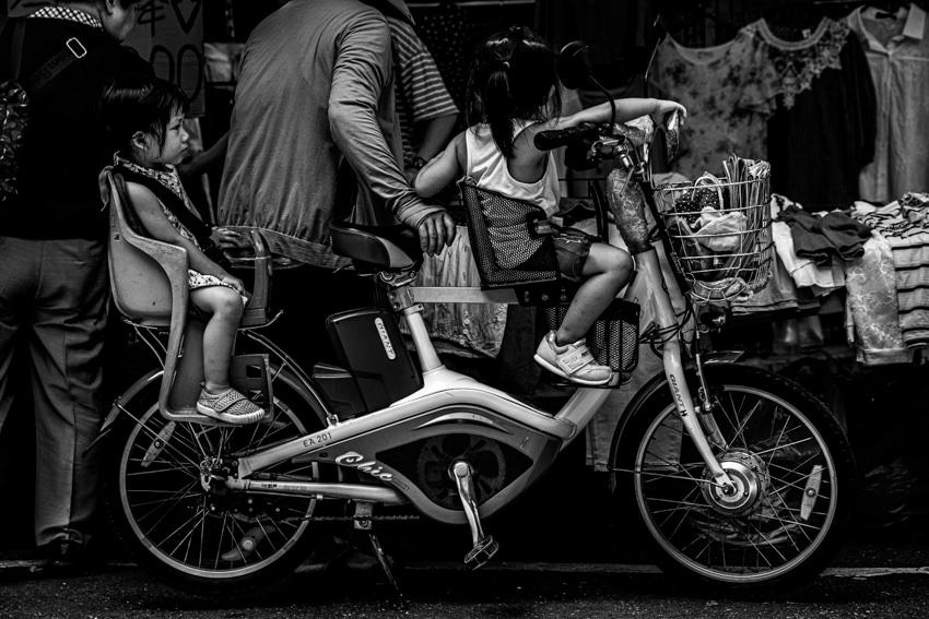 店の前に停められた自転車に乗ったふたりの女の子