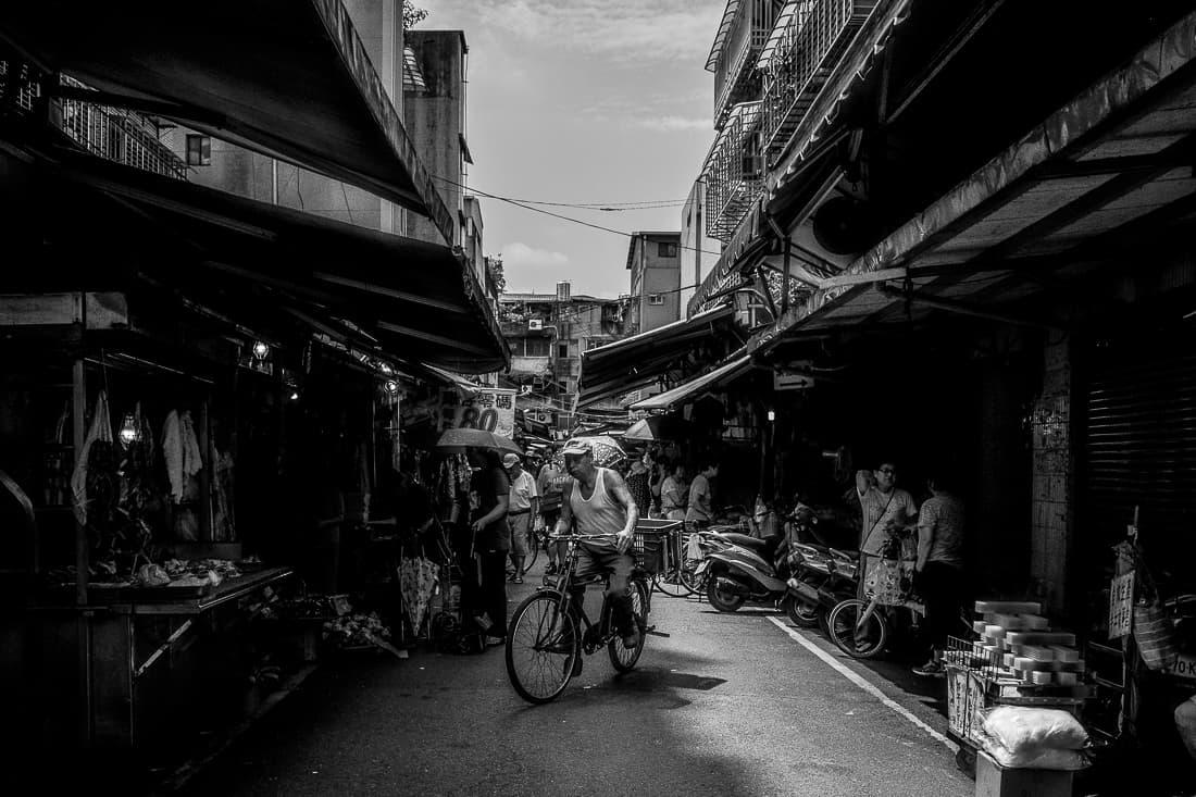白蘭市場を走る自転車
