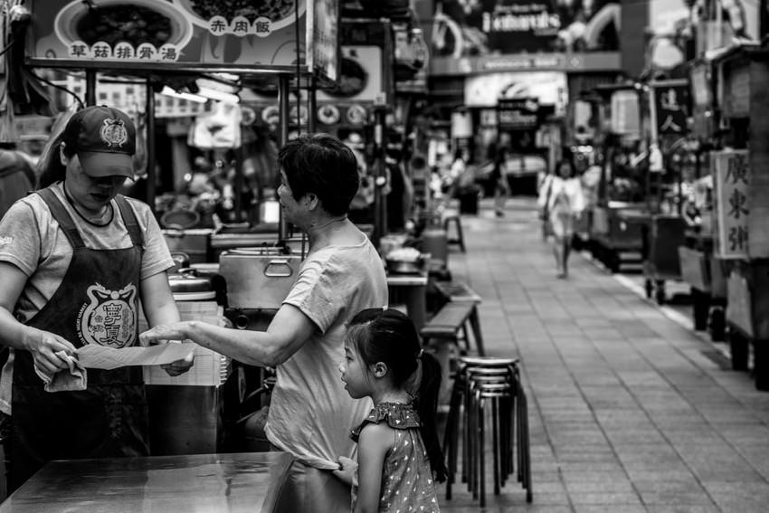 ガラガラの寧夏路夜市の中を歩いていた母娘