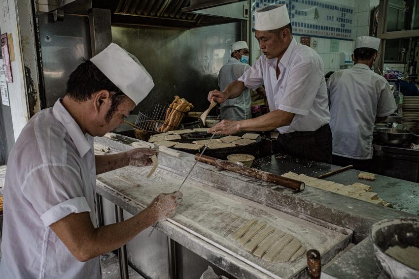 厨房で切る男と焼く男