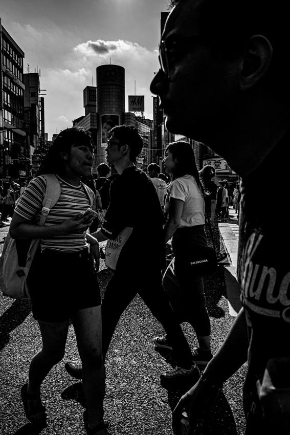 スクランブル交差点の歩行者たち