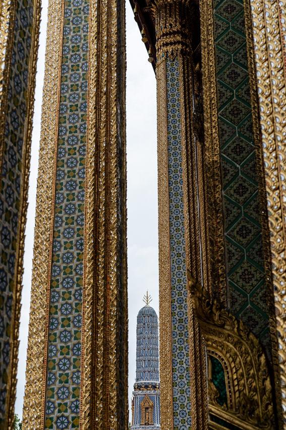 ワット・プラケオの柱の間に見える仏塔