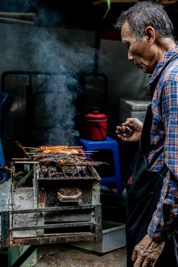 ター・ティアン市場で魚を焼いていた男