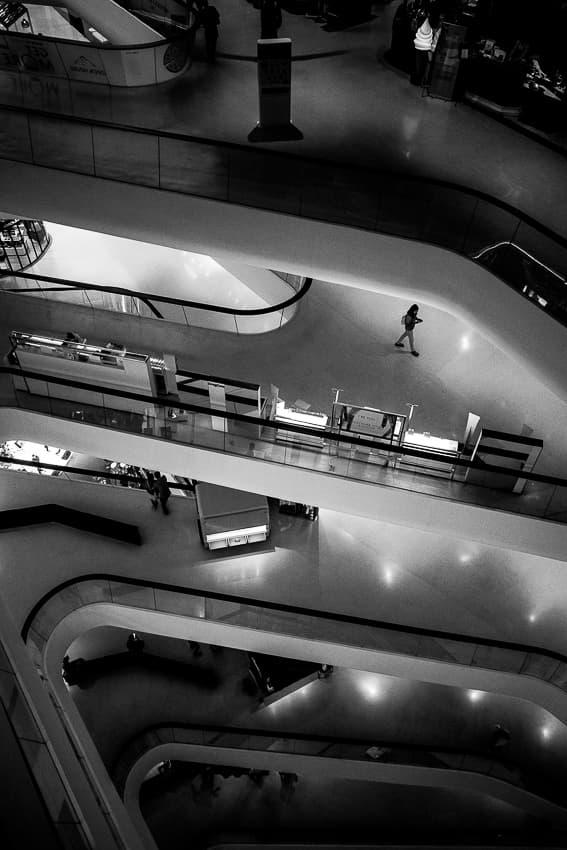 ショッピングモールの中の人影